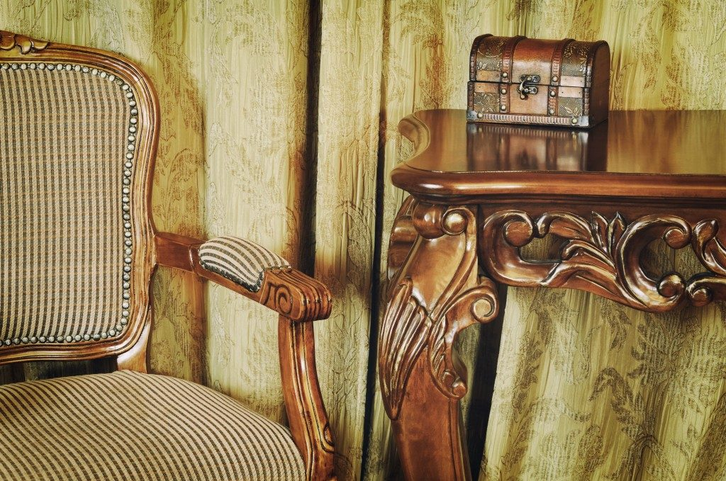Vintage chair, table and coffret