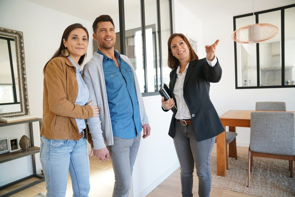 Couple house visit with the agent