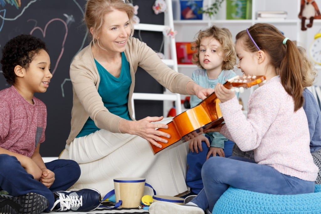 kids learning guitar
